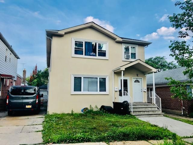 4 BR,  3.00 BTH  Apartment style home in Kew Garden Hills