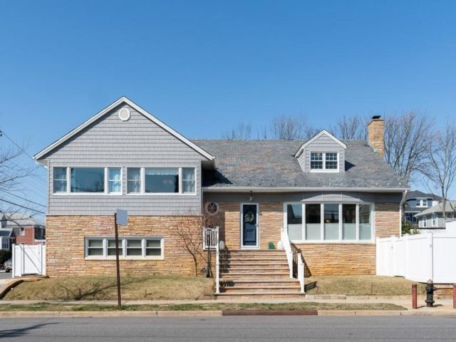 5 BR,  4.50 BTH  Split-level style home in Belle Harbor