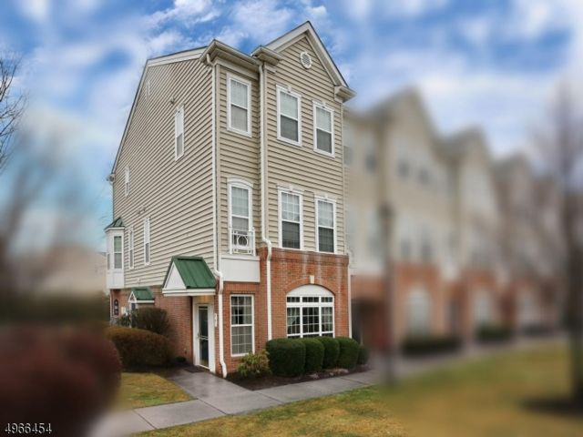 2 BR,  2.50 BTH Multi floor uni style home in Belleville