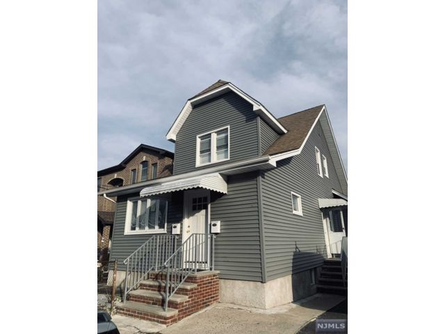 2 BR,  2.00 BTH 2 family style home in Lyndhurst