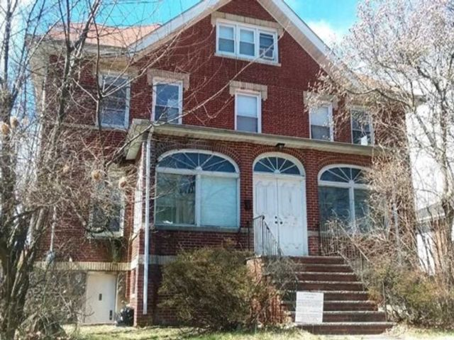 2 BR,  2.00 BTH 2 family style home in Fort Lee