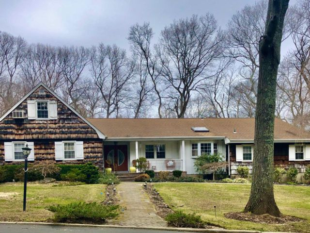 6 BR,  4.00 BTH Ranch style home in Dix Hills