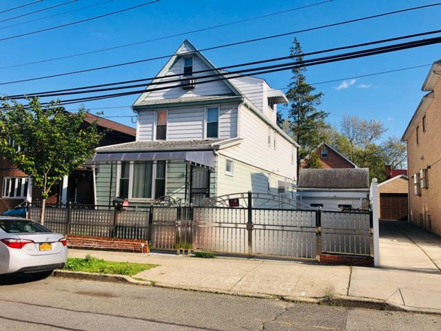 6 BR,  5.00 BTH  Colonial style home in Fresh Meadows