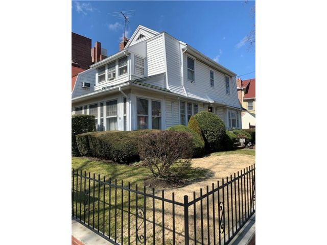 3 BR,  3.00 BTH  Single family style home in Bay Ridge