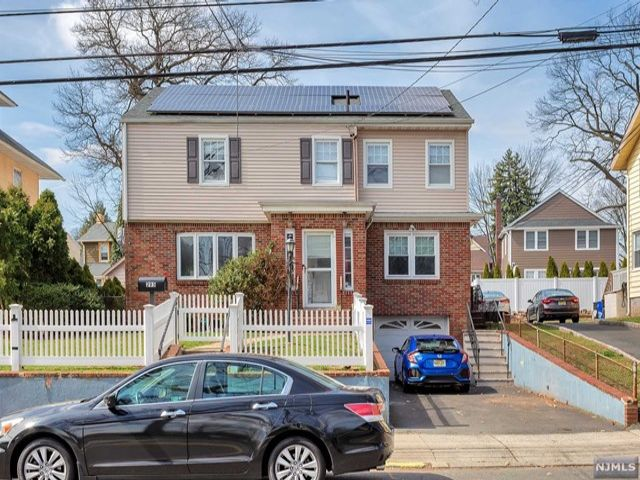 4 BR,  4.00 BTH Colonial style home in Belleville