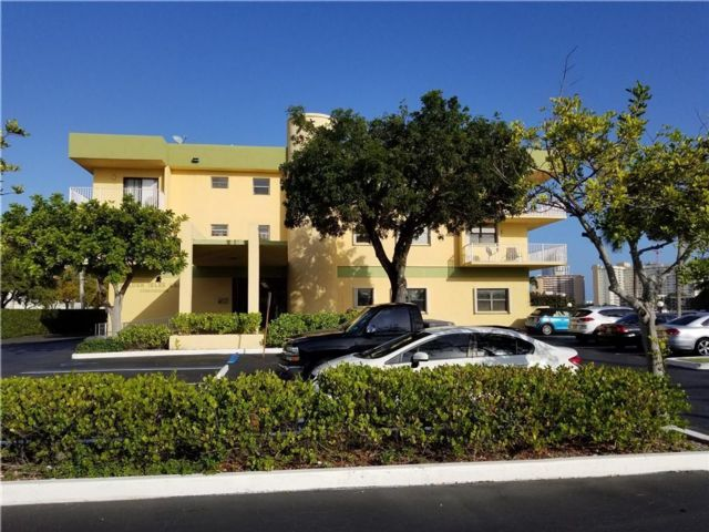 3 BR,  3.00 BTH Apartment style home in Hallandale Beach