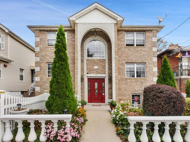 5 BR,  5.00 BTH Colonial style home in Throggs Neck