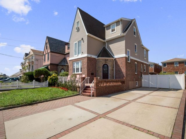 6 BR,  5.50 BTH 2 story style home in Belle Harbor