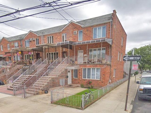 5 BR,  4.00 BTH Multi-family style home in Gravesend