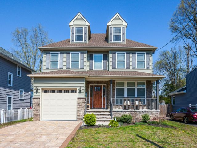 4 BR,  2.50 BTH  Colonial style home in Middlesex