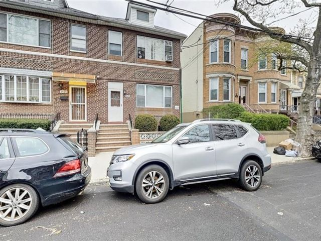 6 BR,  0.00 BTH Multi-family style home in Dyker Heights