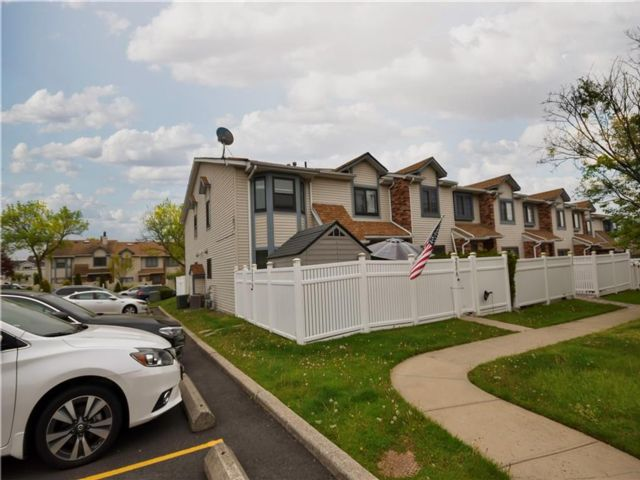 3 BR,  2.00 BTH Condominium style home in Heartland Village