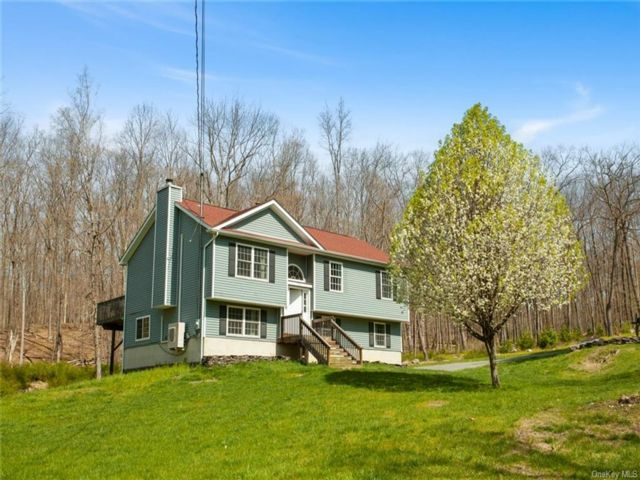 4 BR,  3.00 BTH Raised ranch style home in Deerpark