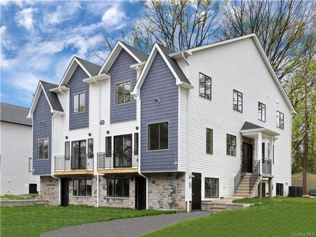 8 BR,  6.00 BTH Townhouse style home in Ramapo