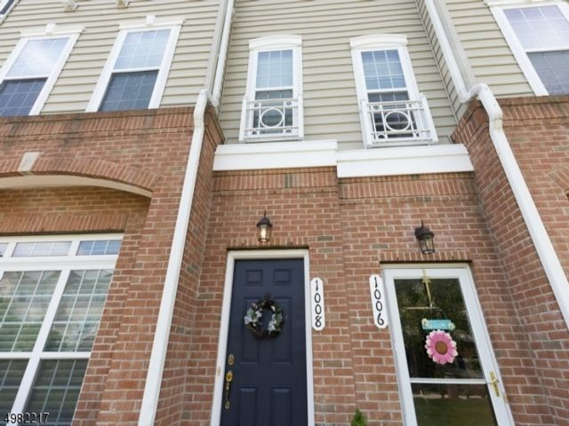 2 BR,  2.50 BTH Townhouse-inter style home in Belleville