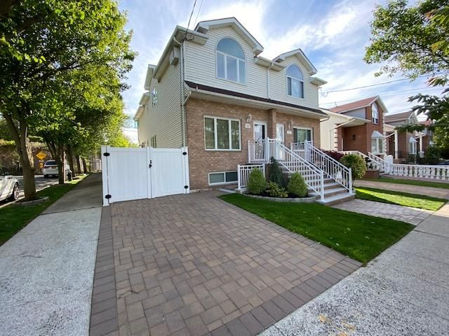 3 BR,  2.50 BTH  style home in Tottenville