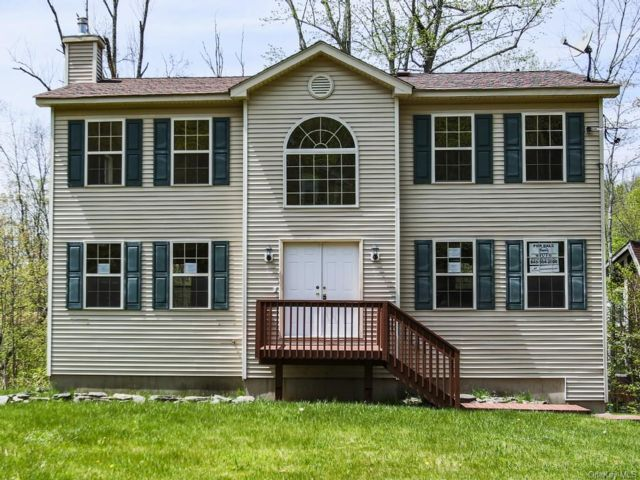 4 BR,  3.00 BTH Colonial style home in Fallsburg