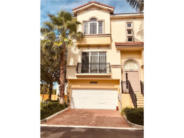 3 BR,  3.50 BTH Townhouse style home in Oakland Park