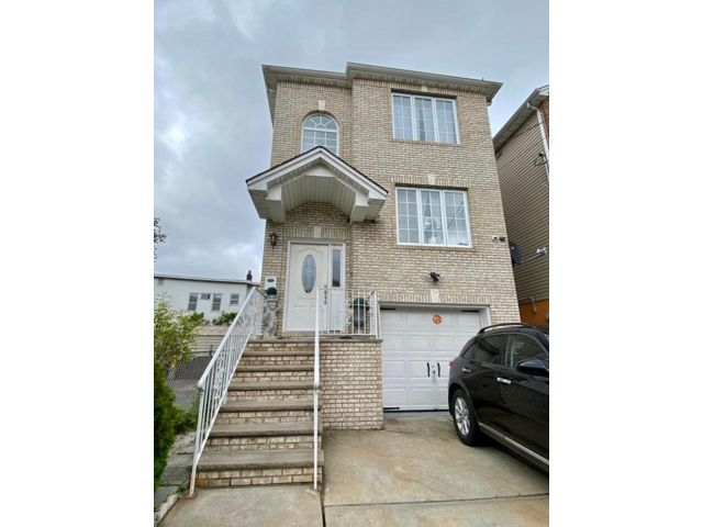 2 BR,  3.00 BTH Apartment style home in East Newark