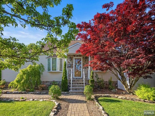 3 BR,  1.50 BTH Cape code style home in Clifton