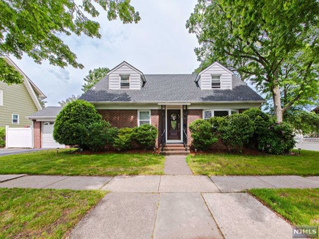 3 BR,  2.50 BTH  Cape code style home in Rutherford