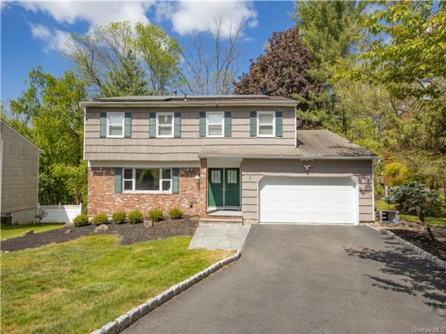 4 BR,  4.00 BTH  Colonial style home in Clarkstown