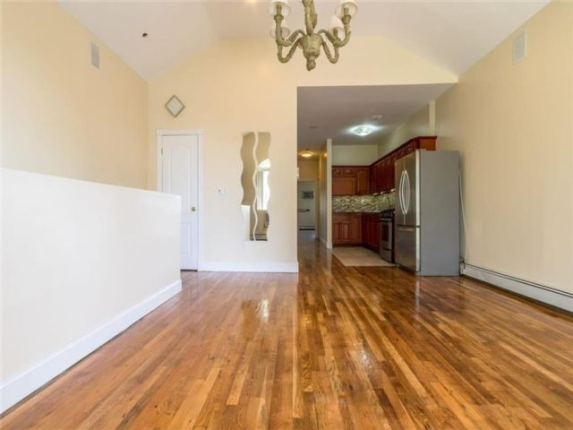 3 BR,  2.00 BTH  Condominium style home in Crown Heights