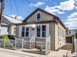 5 BR,  3.00 BTH Single family style home in Corona