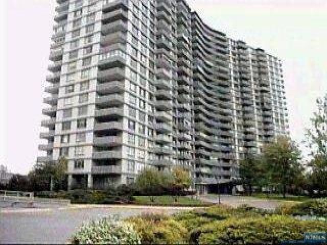 2 BR,  2.00 BTH  Highrise style home in Fort Lee