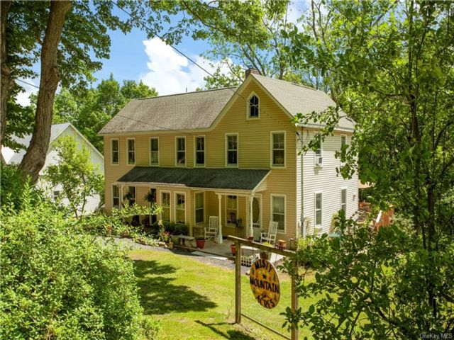 5 BR,  2.00 BTH Colonial style home in Greenville