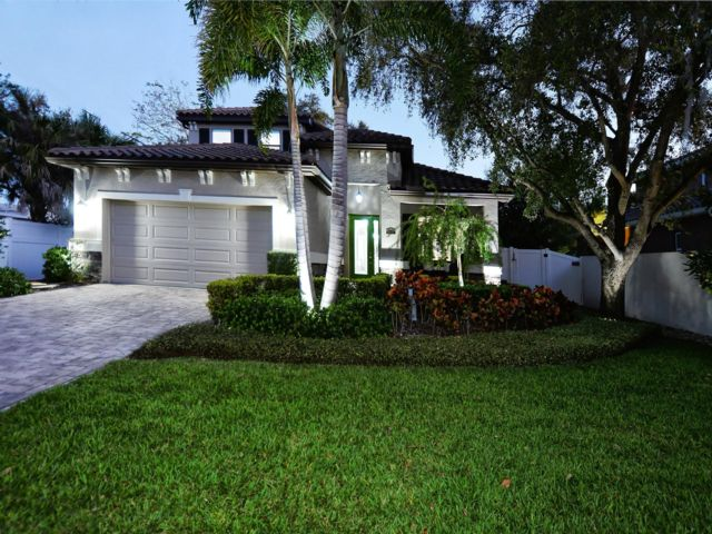 3 BR,  2.50 BTH  2 story style home in Sarasota