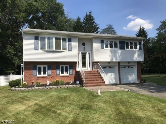 3 BR,  2.50 BTH  Bi-level style home in Fairfield