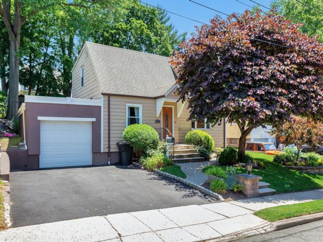 3 BR,  2.50 BTH Cape style home in Maywood