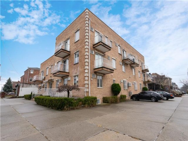 2 BR,  3.00 BTH Condominium style home in Dyker Heights
