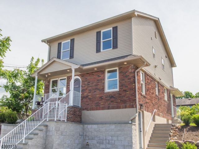 4 BR,  2.50 BTH Multi-family style home in Totowa