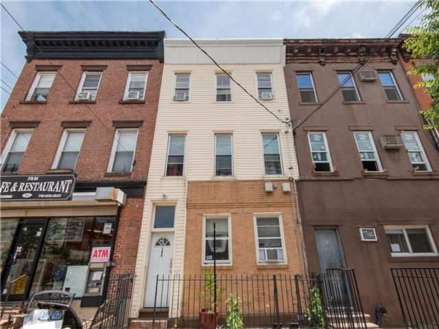 5 BR,  3.00 BTH  Multi-family style home in Red Hook