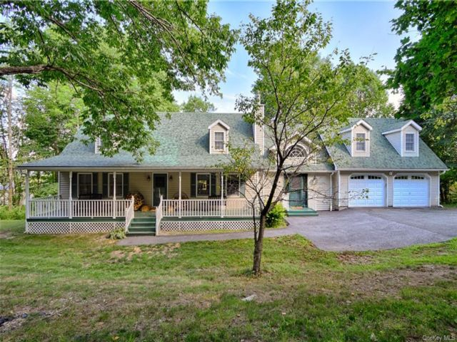 3 BR,  4.00 BTH Cape style home in Greenville