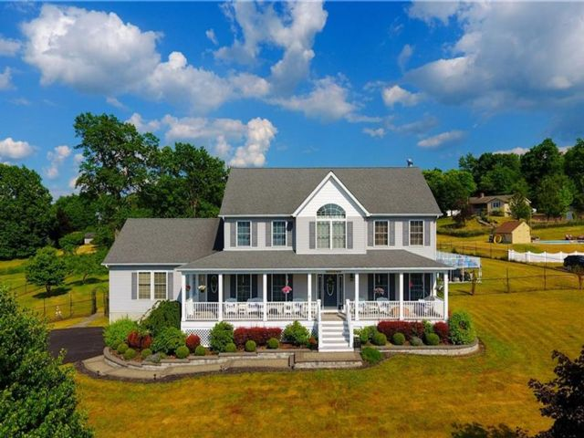 5 BR,  4.00 BTH  Colonial style home in Blooming Grove