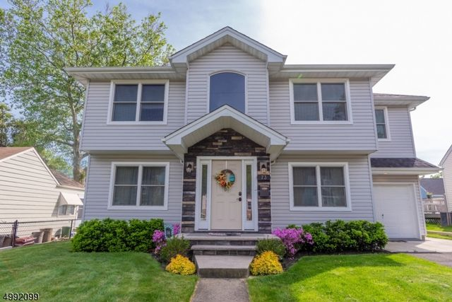 4 BR,  2.50 BTH Colonial style home in Clifton