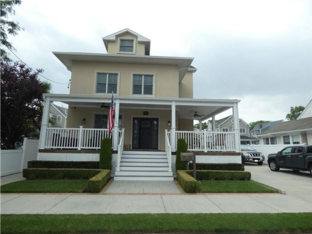 4 BR,  3.00 BTH Single family style home in Neponsit