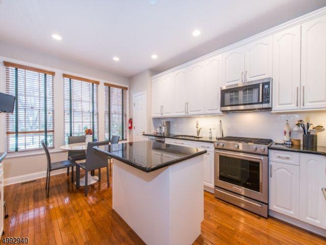 3 BR,  2.50 BTH Multi floor uni style home in Fairfield