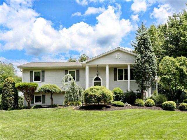 5 BR,  4.00 BTH Bilevel style home in Clarkstown