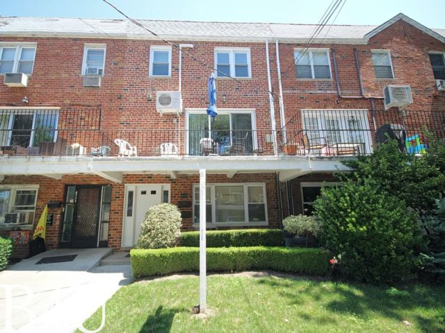 6 BR,  3.50 BTH  style home in Mill Basin