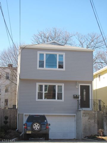 3 BR,  2.00 BTH House style home in Montclair
