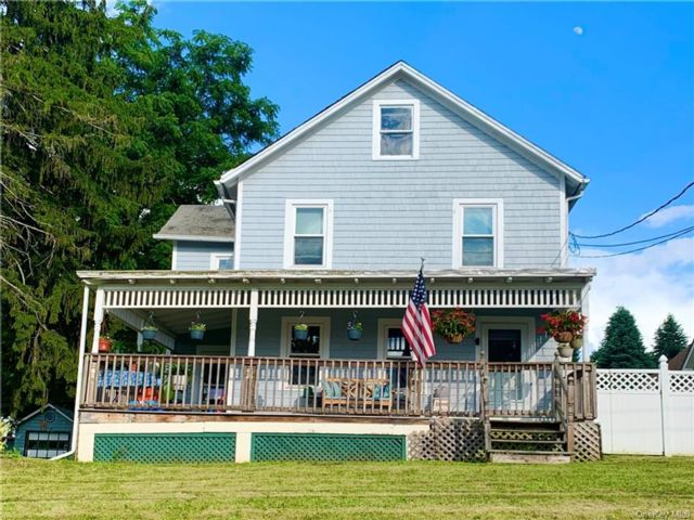 3 BR,  2.00 BTH Colonial style home in Warwick