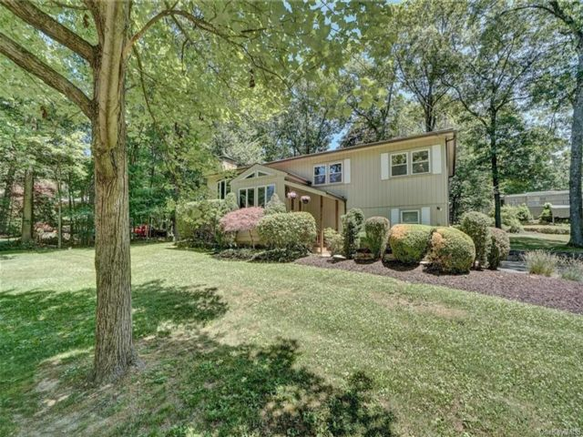 4 BR,  3.00 BTH  Contemporary style home in Newburgh Town