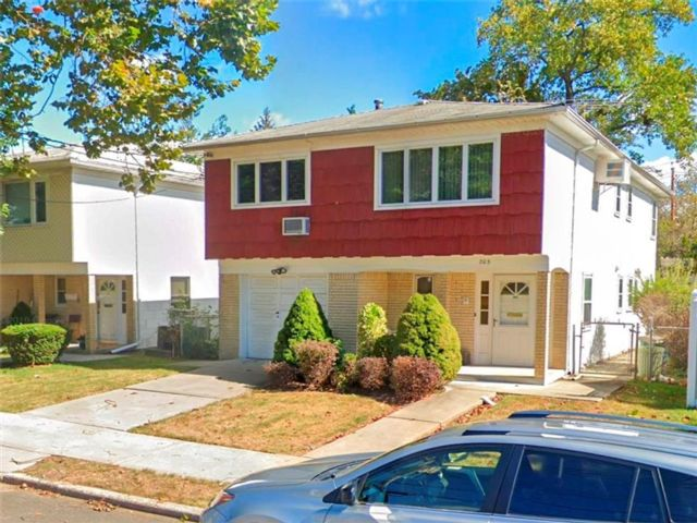 4 BR,  3.00 BTH Single family style home in Willowbrook