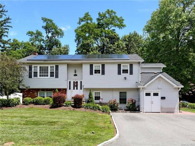 6 BR,  5.00 BTH Raised ranch style home in Congers