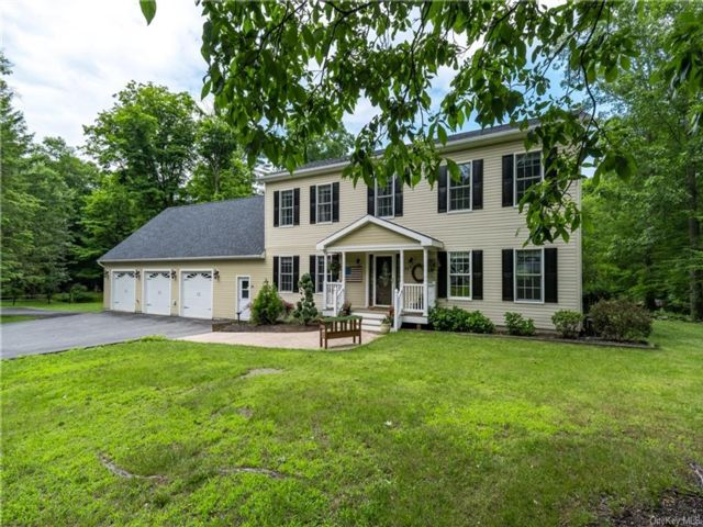 4 BR,  5.00 BTH  Colonial style home in Montgomery Town