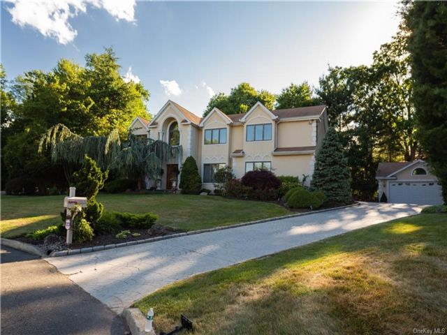 6 BR,  4.00 BTH  Colonial style home in Clarkstown